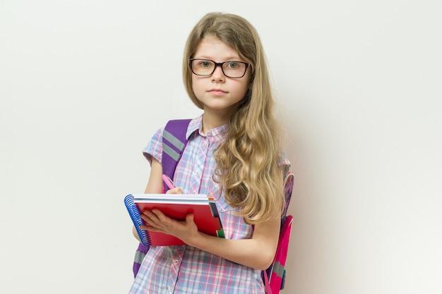 Estudante de escola primária de criança menina