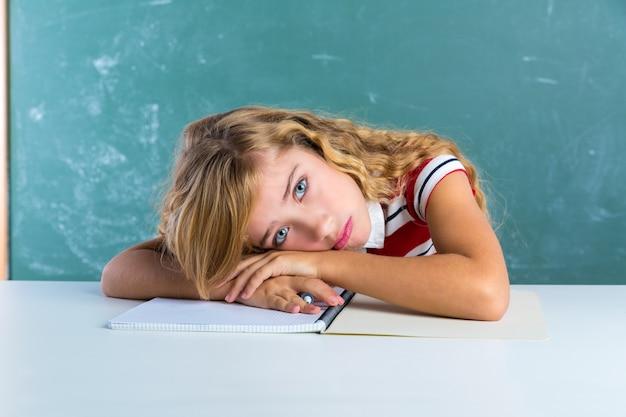 Estudante de estudante de expressão triste chata na mesa