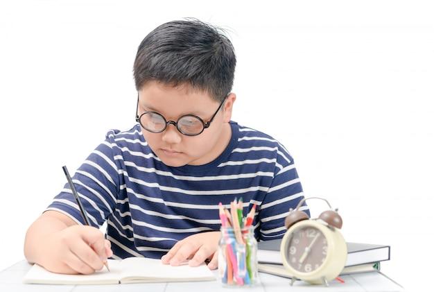Estudante de gordo escrevendo no livro isolado