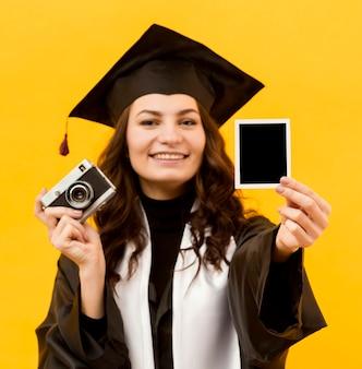 Estudante de graduação com câmera fotográfica