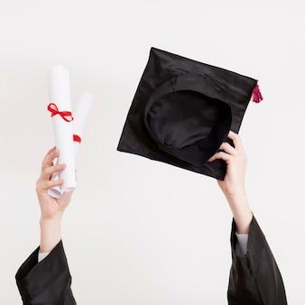 Estudante de graduação segurando a toga