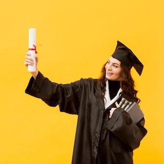 Estudante de graduação sorridente médio tiro