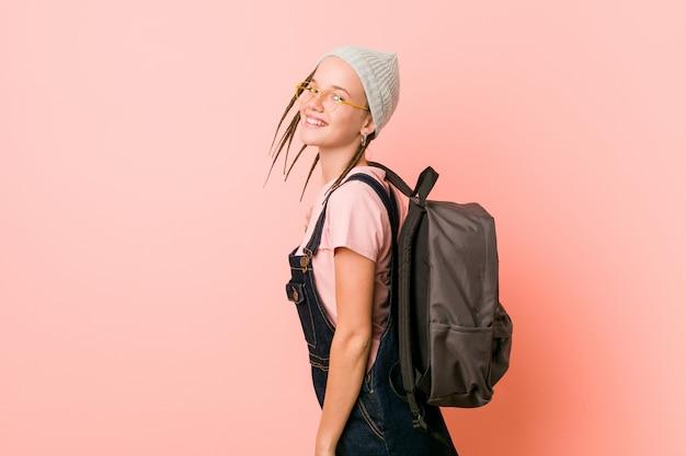 Estudante de hipster adolescente bonito caucasiano