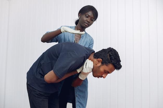 Estudante de medicina está praticando