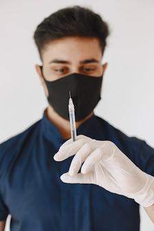 Estudante de medicina internacional. homem de uniforme azul. doutor com máscara.