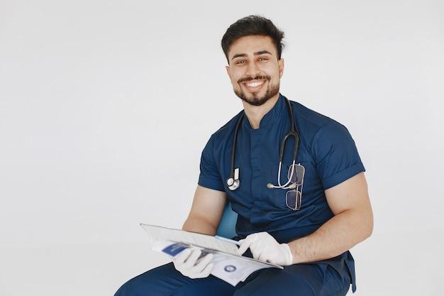 Estudante de medicina internacional. homem de uniforme azul. médico com estetoscópio.