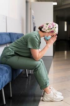 Estudante de medicina usando máscara médica