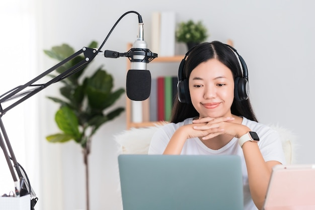 Estudante de mulher asiática ou empresária remoto trabalhando em casa com o computador. conceito de distanciamento social trabalhando sozinho em casa na situação epidêmica de covid-19.