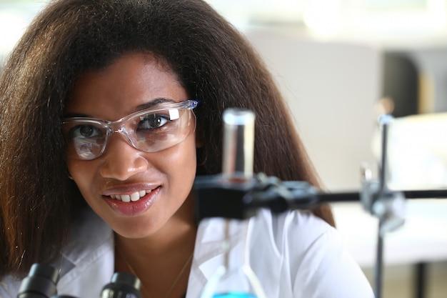Estudante de química feminino preto realizando pesquisas