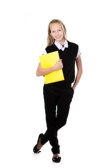Estudante de sorriso, segurando uma pasta amarela