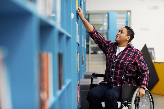 Estudante deficiente na biblioteca