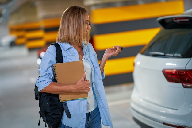Estudante deixando o carro no estacionamento subterrâneo