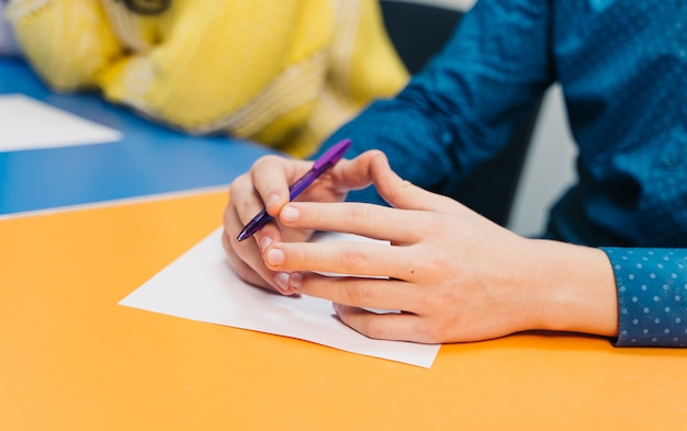 Estudante do ensino médio ou universidade, escrevendo em aula