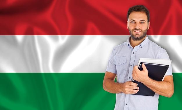 Estudante do sexo masculino de línguas sobre a bandeira húngara
