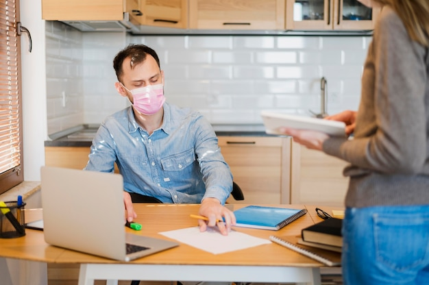 Estudante do sexo masculino sendo orientado em casa