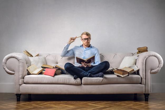 Estudante em um sofá