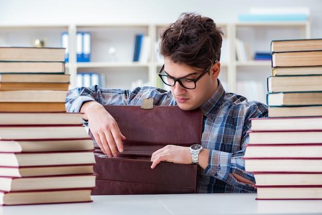 Estudante engraçado nerd, preparando-se para os exames da universidade