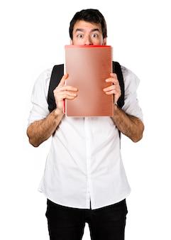 Estudante escondido atrás de cadernos
