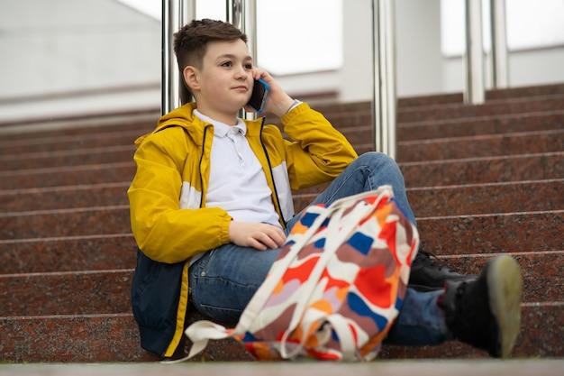 Estudante falando ao telefone