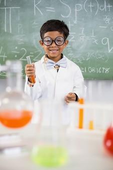 Estudante fazendo um experimento químico em laboratório