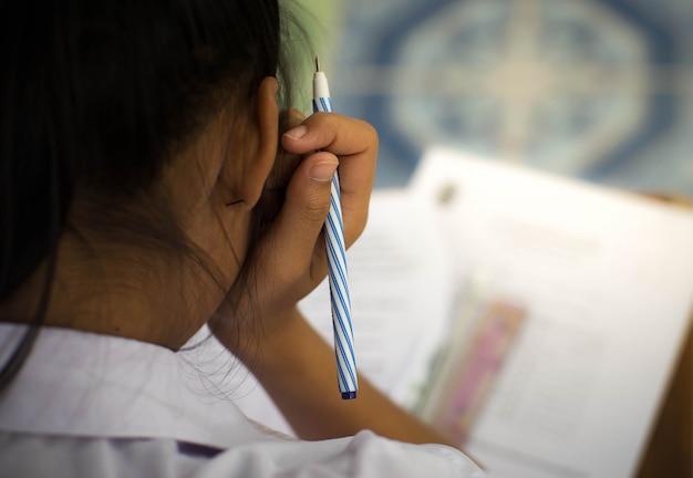 Estudante fazer exame com estresse