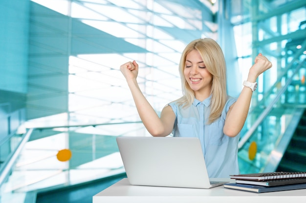 Estudante feminino, com, laptop