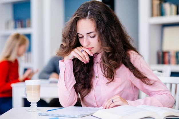 Estudante feminino, estudar, em, biblioteca