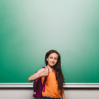 Estudante gesticulando polegar para cima
