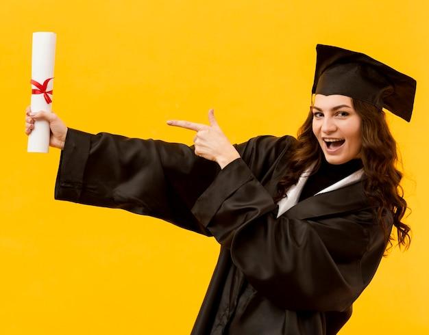 Estudante graduado com diploma