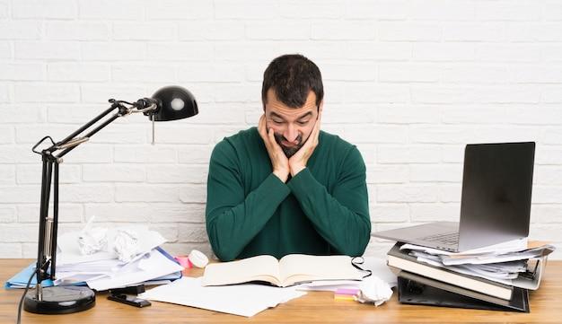 Estudante homem estressado oprimido