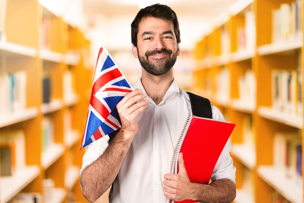 Estudante homem ___ na biblioteca desfocada