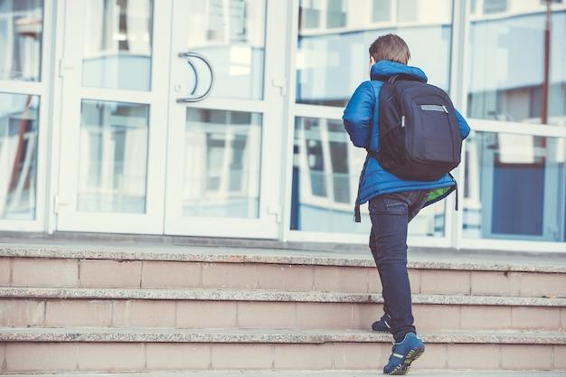 Estudante indo para a escola primária, conceito de educação