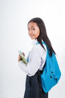 Estudante indonésio bonito da escola secundária