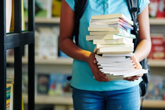 Estudante irreconhecível com livros