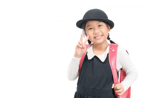 Estudante japonês bonito com saco de escola isolado