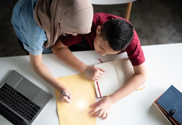 Estudante jovem irmão foi ensinar pelo professor muçulmano turva