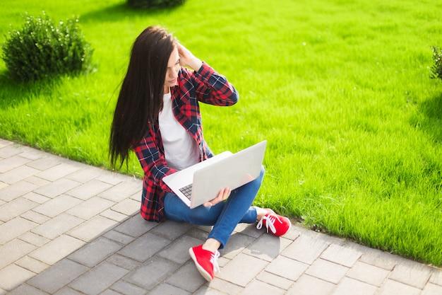 Estudante jovem morena trabalhando ao ar livre