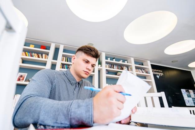 Estudante lendo jornal na biblioteca
