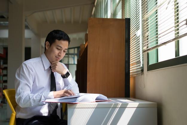 Estudante, lendo um livro
