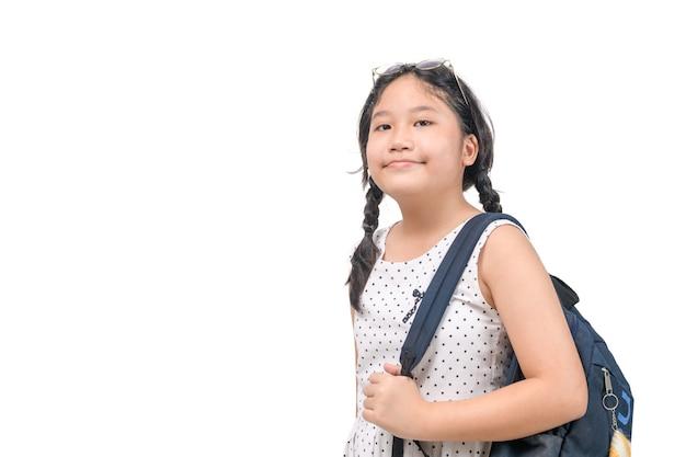 Estudante linda garota asiática sorrindo com bolsa escolar isolada no fundo branco, volta às aulas e conceito de educação