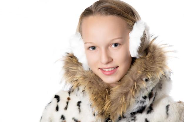 Estudante loira posando com earflaps