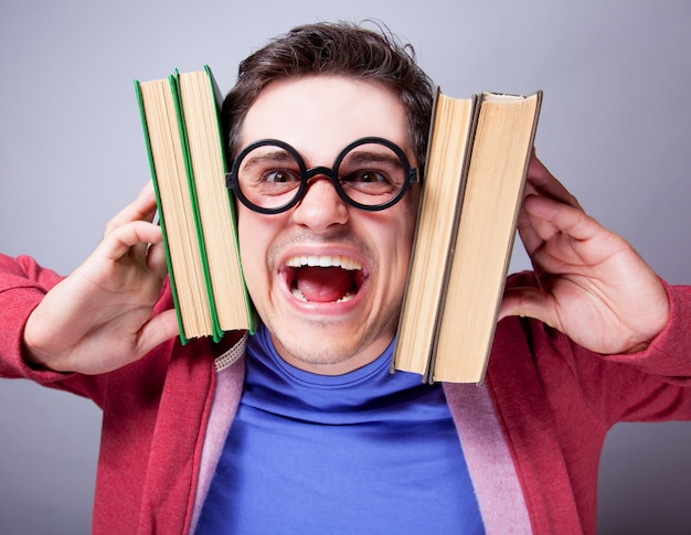 Estudante louco com livros.