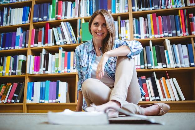 Estudante maduro na biblioteca