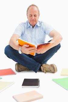 Estudante maduro que estuda do caderno de notas