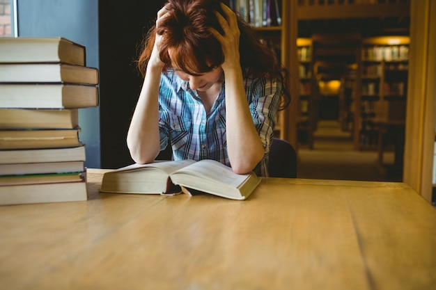 Estudante maduro que estuda na biblioteca