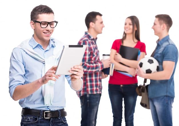 Estudante masculino inteligente com tablet