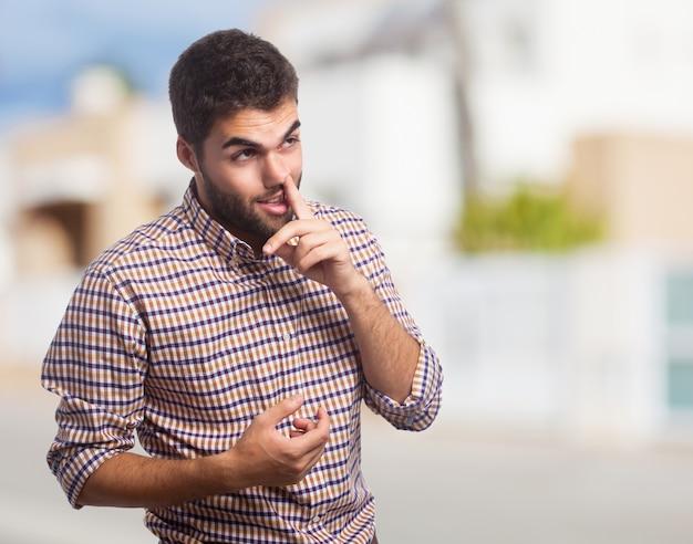 Estudante masculino novo solteiro procurando