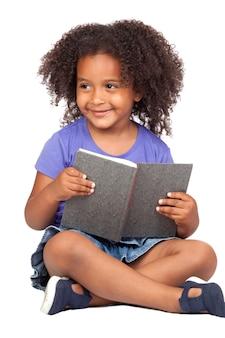 Estudante menina lendo com um livro isolado sobre o branco