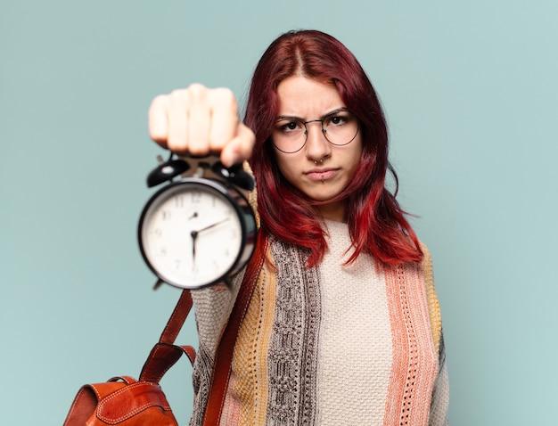 Estudante mulher com despertador