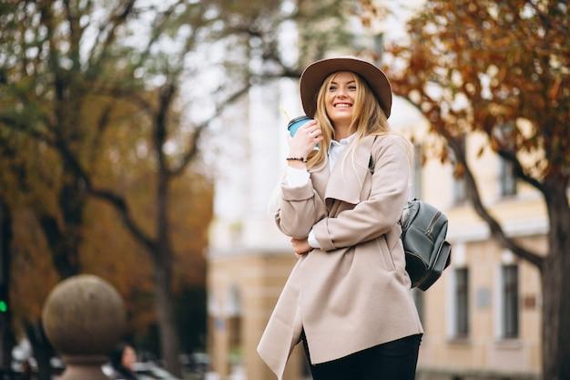 Estudante mulher, em, chapéu, café bebendo
